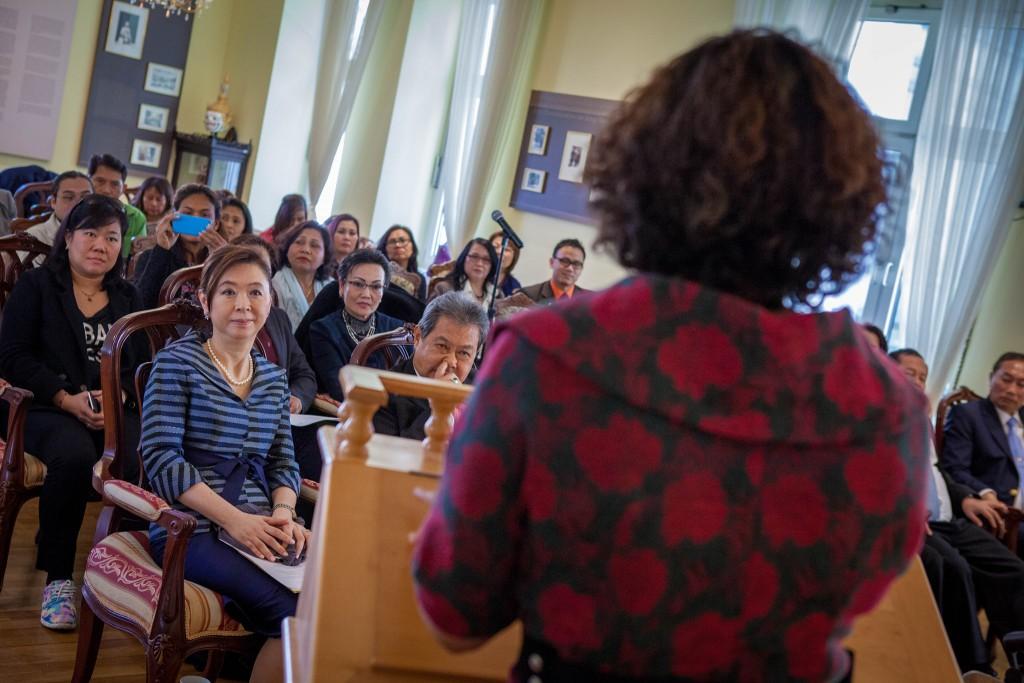 นางวิกานดา เผ่าดิษฐ์ หัวหน้าศูนย์ กศน. กรุงเฮก หัวหน้ากลุ่มสตรีไทยในเนเธอร์แลนด์ และที่ปรึกษาสมาคมล่ามและนักแปลไทย-ดัตช์ บรรยายการสัมนาเรื่องบทบาทและความสำคัญในการสอนภาษาไทยในเนเธอร์แลนด์