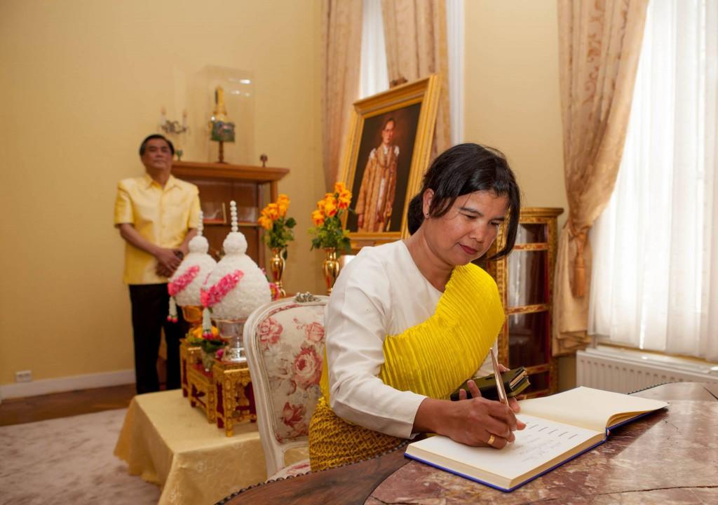 นางยุพิน ขุนรองชู สมาชิกสมาคมล่ามฯ ร่วมลงนามถวายพระพร