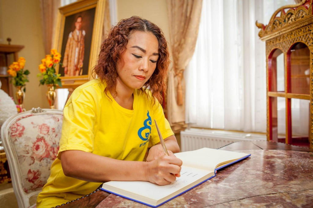 นางสาวฐาณิตฐ์ ศิวะบุณย์ สมาชิกสมาคมล่ามฯ ร่วมลงนามถวายพระพร