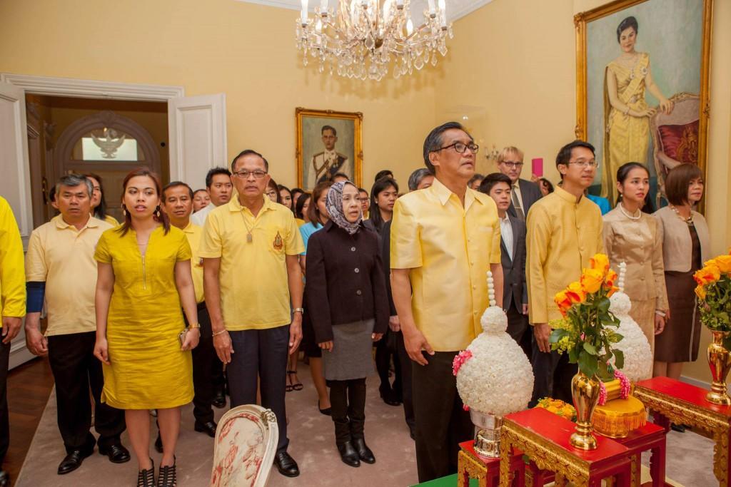 ท่านเอกอัครราชทูตฯ, ข้าราชการในสถานเอกอัครราชทูต และประชาชนไทยในประเทศเนเธอร์แลนด์ ได้พร้อมใจกันร้องเพลงสรรเสริญพระบารมี