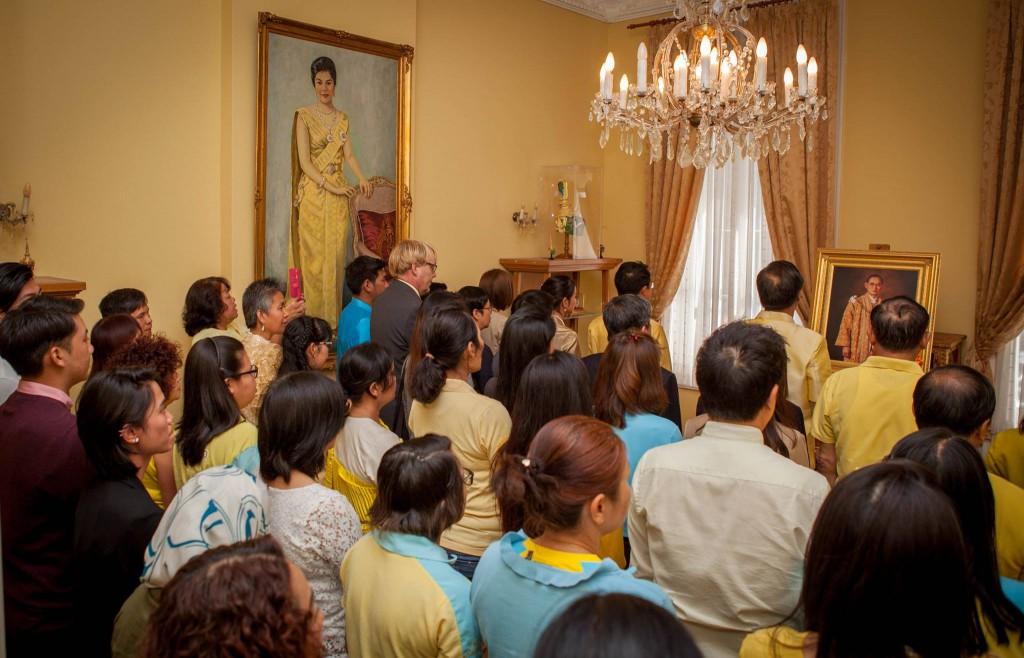 มีประชาชนชาวไทยในประเทศเนเธอร์แลนด์มาร่วมพิธีถวายพระพรในครั้งนี้เป็นจำนวนมาก จนจำนวนเต็มห้องรับรอง