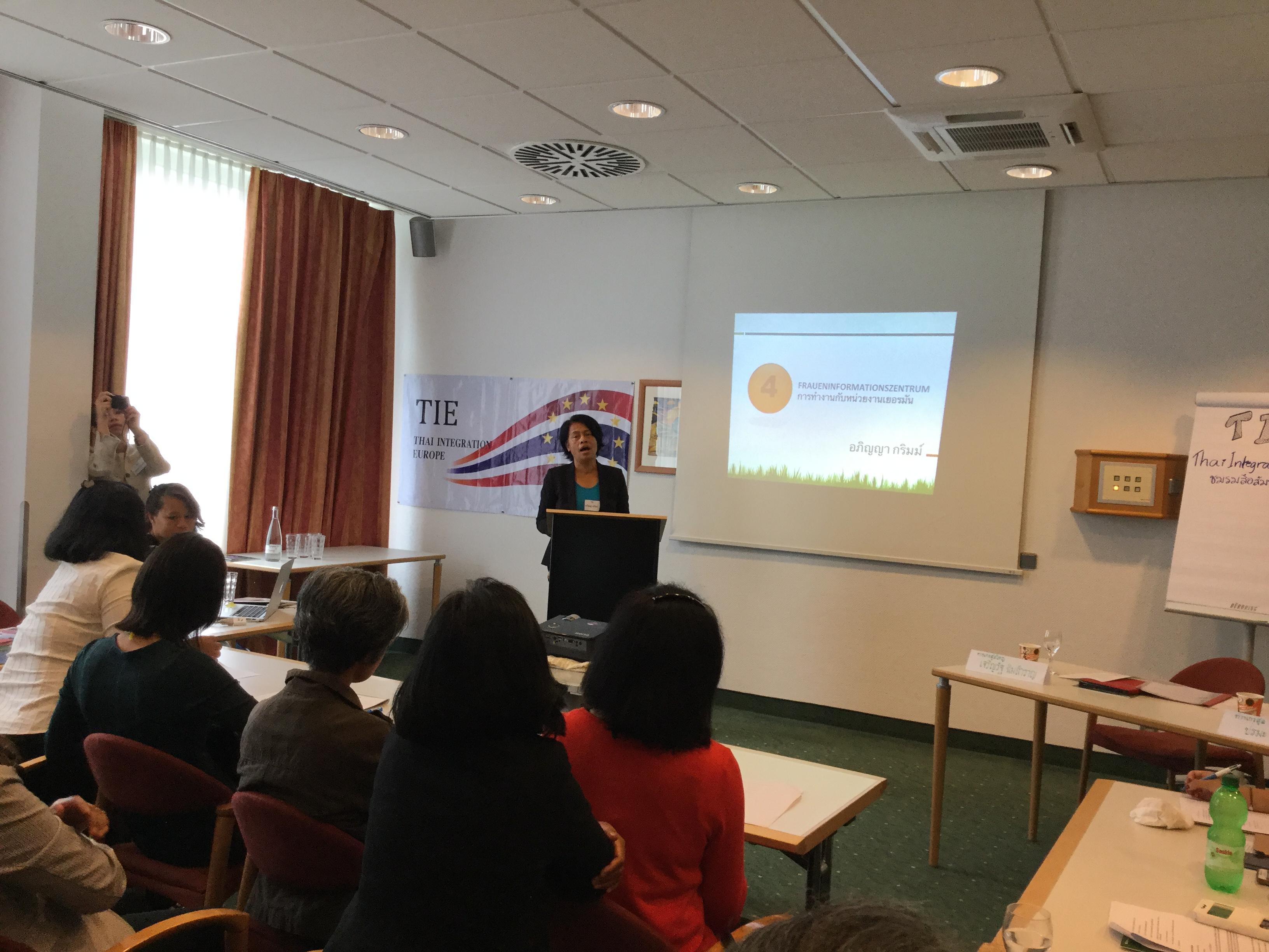 """คุณอภิญญา กริมม์ บรรยายเรื่อง """"การทำงานช่วยเหลือคนไทยกับหน่วยงานเยอรมัน"""" คุณอภิญญาทำงานกับหน่วยงานเยอรมันชื่อ Fraueminformationszentrum หรือ FIZ ที่เมือง Stuttgart (http://www.vij-stuttgart.de/unsere-angebote/fraueninformationszentrum.html)"""