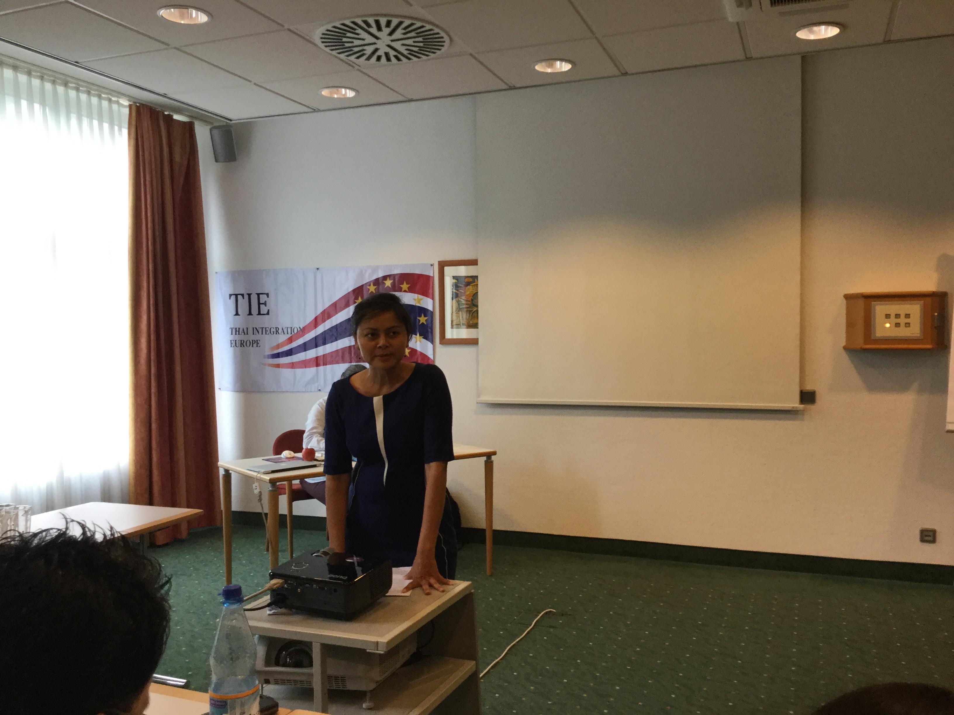 """คุณปูชิตา รักวิทย์ ประธานสมาคมล่ามและนักแปลไทย-ดัตช์ บรรยายเรื่อง """"ประสบการณ์การเป็นล่ามในประเทศเนเธอร์แลนด์"""""""
