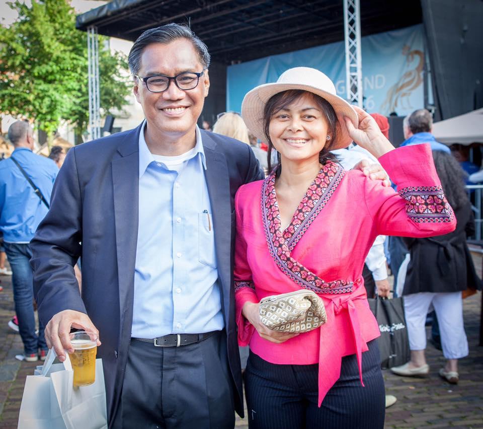 คุณปูชิตา รักวิทย์ ถ่ายภาพร่วมกับท่านเอกอัครราชทูตไทยประจำกรุงเฮก นายอิทธิพร บุญประคอง